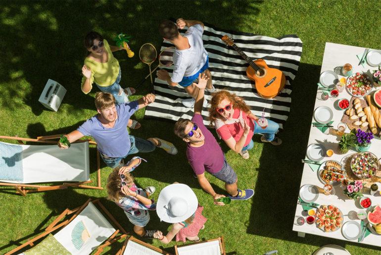 Młodzi ludzie biorą udział w pikniku