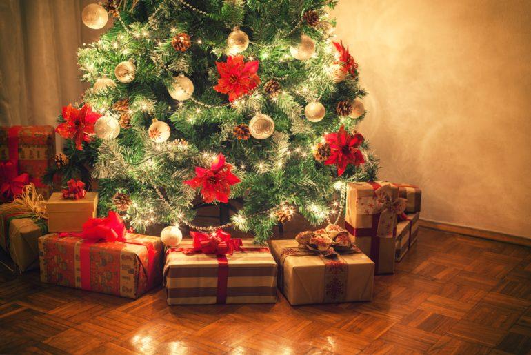 Ozdobne prezenty pod świąteczną choinką
